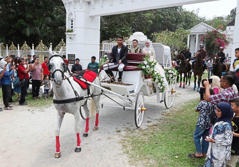 https: img.okezone.com content 2019 09 16 194 2105485 intip-pernikahan-ala-princess-warga-malaysia-bak-di-negeri-dongeng-Ji298QQBXW.jpg