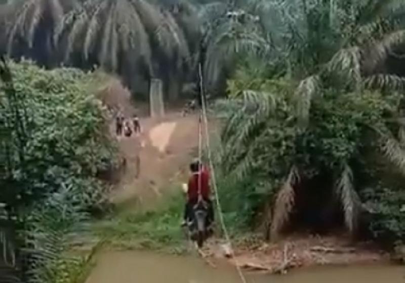 https: img.okezone.com content 2019 09 16 320 2105414 viral-motor-nyebrang-sungai-ala-flying-fox-netizen-colek-kementerian-pupr-7trkjnzpjb.jpg