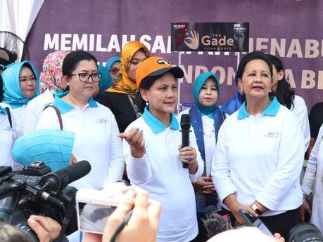 https: img.okezone.com content 2019 09 16 337 2105264 sambangi-kali-bahagia-ibu-negara-canangkan-gerakan-indonesia-bersih-hvPR3PPT6H.JPG