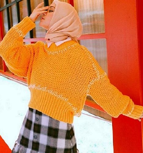 https: img.okezone.com content 2019 09 16 617 2105417 4-outfit-sweater-dengan-hijab-ala-tantri-namirah-agar-kamu-tampak-kece-mKoU5SWkPr.jpg