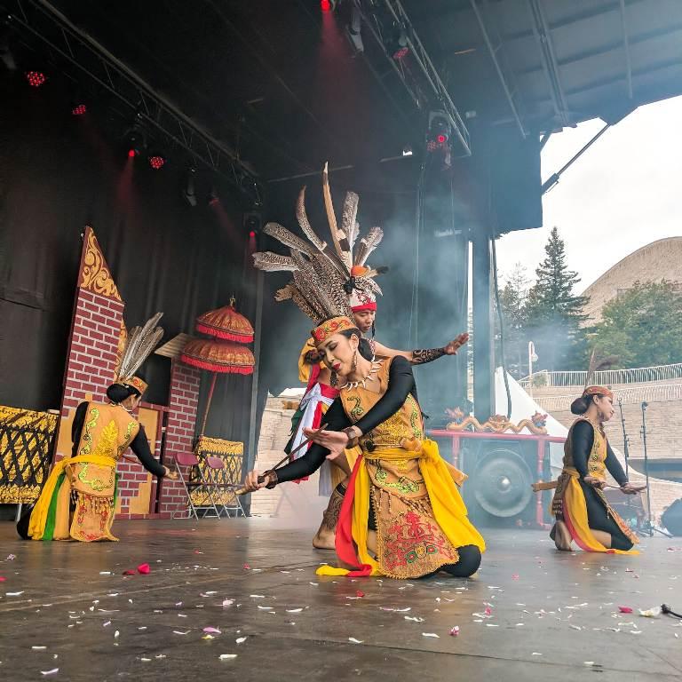 https: img.okezone.com content 2019 09 17 18 2105760 keanekaragaman-budaya-indonesia-warnai-kanada-melalui-indonesian-festival-2019-HwiQ0zoES7.jpeg