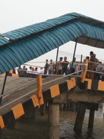 https: img.okezone.com content 2019 09 17 337 2106013 jembatan-dermaga-roro-di-siak-roboh-seorang-pegawai-dishub-hilang-65X6RKP5UM.jpg