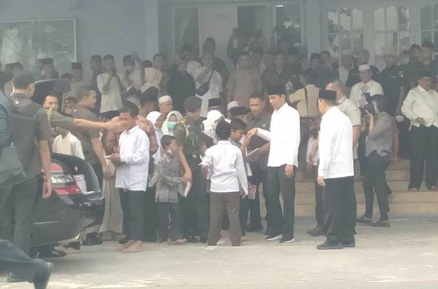 https: img.okezone.com content 2019 09 17 337 2106032 jokowi-bagikan-buku-ke-ratusan-anak-di-pekanbaru-qxxFMF4wQi.jpg