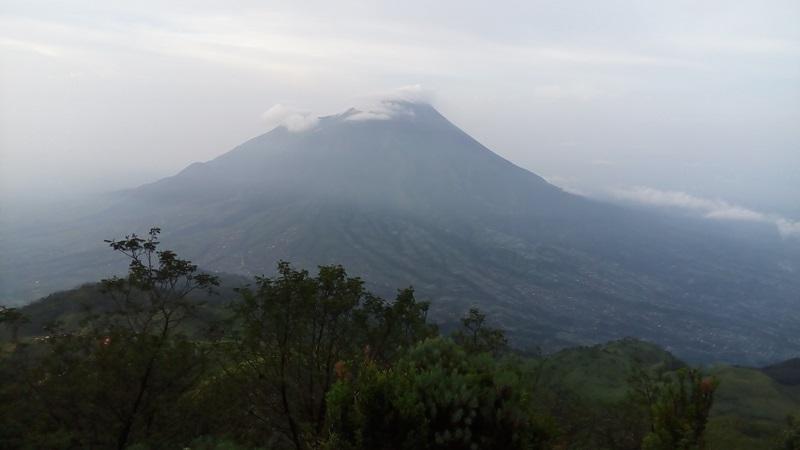 https: img.okezone.com content 2019 09 17 512 2105813 gunung-merapi-erupsi-lagi-luncurkan-awan-panas-sejauh-1-100-meter-j9yIQGBjUC.jpg