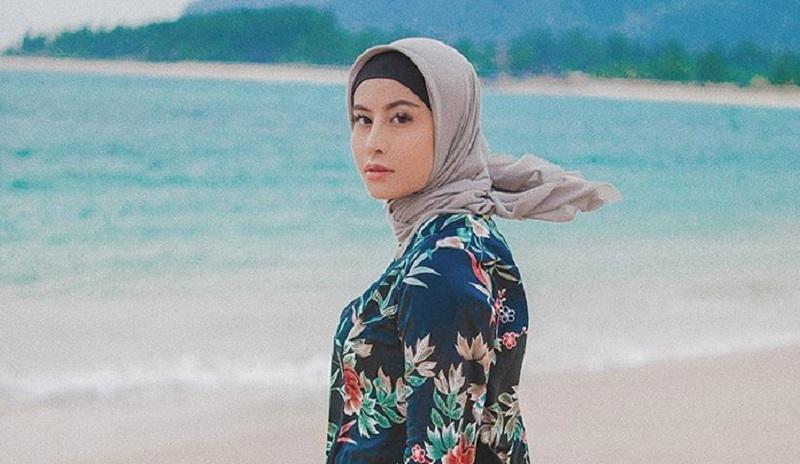 https: img.okezone.com content 2019 09 17 617 2105823 tampil-mengenakan-hijab-awkarin-hijrah-0wWMgUd94s.jpg