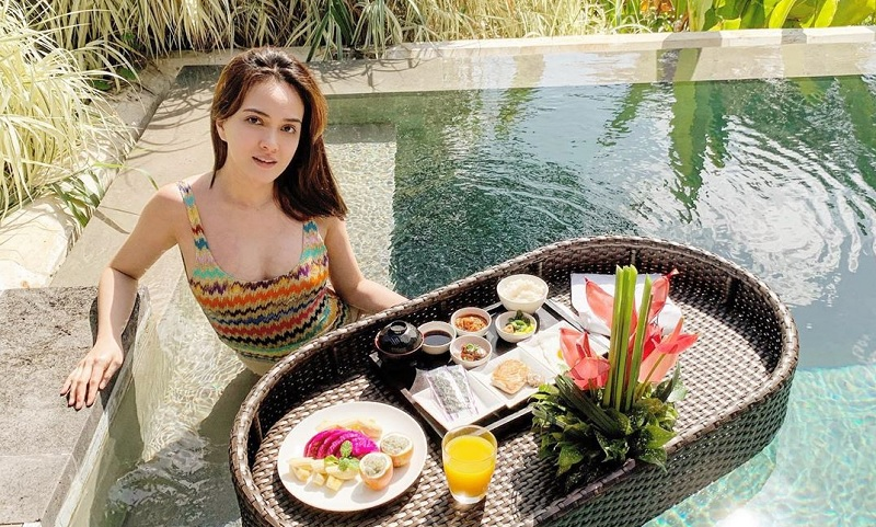 https: img.okezone.com content 2019 09 18 194 2106200 shandy-aulia-pamer-baby-bump-tampil-dengan-bikini-hingga-dress-transparan-4GWmOAf9oX.jpg