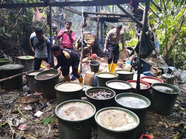 https: img.okezone.com content 2019 09 18 340 2106589 polisi-grebek-pembuatan-miras-ilegal-di-tengah-hutan-papua-5GbsyIWYlJ.jpg