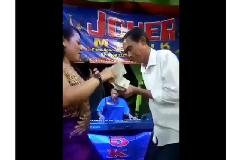 https: img.okezone.com content 2019 09 18 612 2106193 viral-di-medsos-jokowi-nyawer-penyanyi-dangdut-di-hajatan-nikah-olw9Fz89dL.jpg