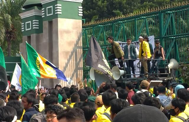 https: img.okezone.com content 2019 09 19 337 2106971 ratusan-mahasiswa-demo-di-dpr-protes-kejar-tayang-pengesahan-ruu-iccTqpgHjS.jpg