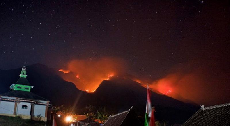 https: img.okezone.com content 2019 09 19 512 2107065 api-di-gunung-merbabu-bakar-3-km-pipa-sumber-air-WIDNdNGh0m.jpg