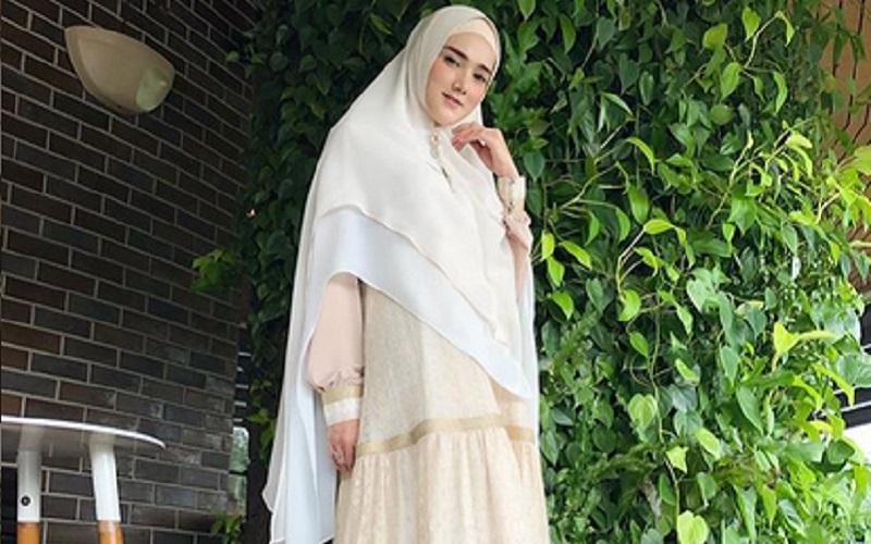 https: img.okezone.com content 2019 09 19 617 2106900 intip-5-gaya-hijab-stylish-ala-mulan-jameela-nb6SHPD18p.jpg