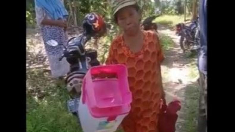 https: img.okezone.com content 2019 09 21 609 2107571 janda-dan-5-anaknya-diusir-dari-rumah-karena-beda-pilihan-kepala-desa-TQ3Ej3gf2E.jpg