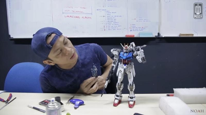 https: img.okezone.com content 2019 09 22 612 2107749 5-artis-ganteng-yang-hobi-koleksi-action-figure-rela-rogoh-jutaan-rupiah-SRG0CefIJ3.jpg
