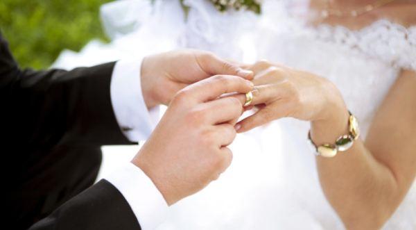 https: img.okezone.com content 2019 09 22 612 2107996 cerita-yanti-putusin-pacar-untuk-nikah-siri-dengan-atasan-demi-mobil-dan-uang-V32WK4BTrE.jpg