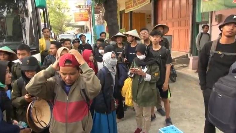 https: img.okezone.com content 2019 09 24 337 2108617 5-bus-yang-ditumpangi-250-mahasiswa-untuk-demo-di-dpr-dihentikan-polisi-SkcUZOW4dv.JPG