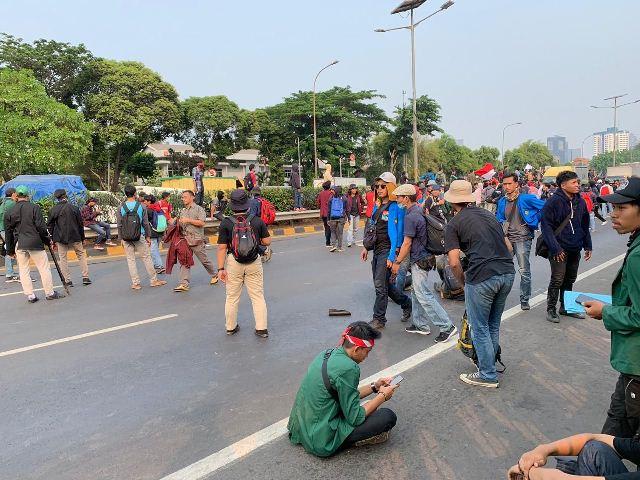 https: img.okezone.com content 2019 09 24 337 2108702 mahasiswa-blokade-jalan-tol-depan-gedung-dpr-NfZe2QS2wF.jpg