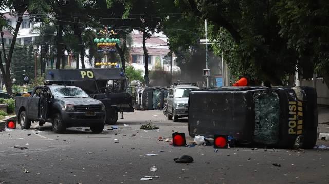 https: img.okezone.com content 2019 09 24 337 2108842 demo-mahasiswa-ricuh-di-medan-sejumlah-mobil-polisi-dirusak-hy7bBPuFpU.jpg