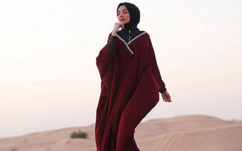 https: img.okezone.com content 2019 09 24 617 2108802 4-inspirasi-hijab-cantik-dengan-kaftan-yang-bisa-kamu-tiru-EnFTCcsKNN.jpg