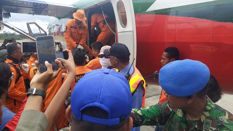 https: img.okezone.com content 2019 09 25 337 2109123 4-jenazah-korban-jatuhnya-pesawat-twin-otter-di-papua-berhasil-dievakuasi-wbk6jUv2jS.jpg
