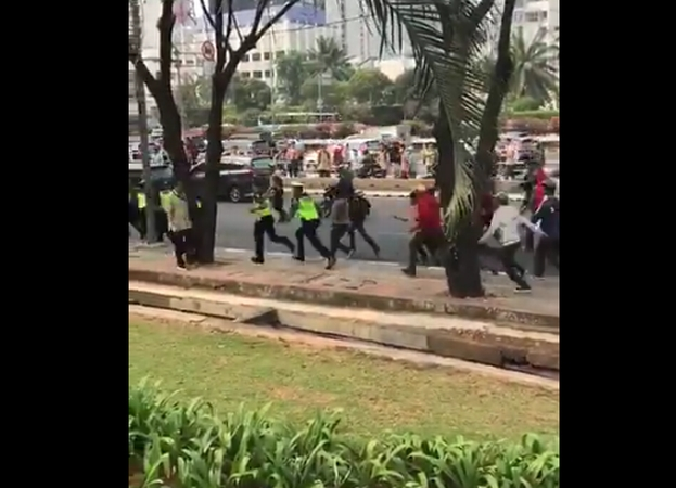 https: img.okezone.com content 2019 09 25 337 2109210 viral-massa-stmmelawan-pukul-dan-kejar-polisi-kSccBGSSoO.jpg
