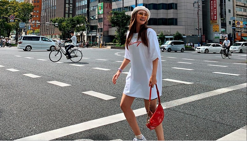 https: img.okezone.com content 2019 09 26 194 2109795 5-outfit-boyish-ala-luna-maya-gayanya-tetap-seksi-IJSN7oGPGS.jpg
