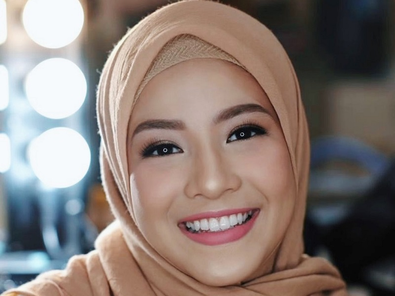https: img.okezone.com content 2019 09 26 611 2109468 tips-natasha-rizky-atasi-bibir-kering-kamu-yang-hobi-pakai-lipstik-wajib-tiru-zXvIw1WQqG.jpg