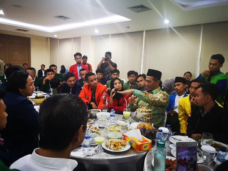 https: img.okezone.com content 2019 09 27 1 2110120 makan-siang-bersama-bem-pertanian-se-indonesia-hidup-pak-menteri-hidup-mahasiswa-0tHu7hOuBt.jpg