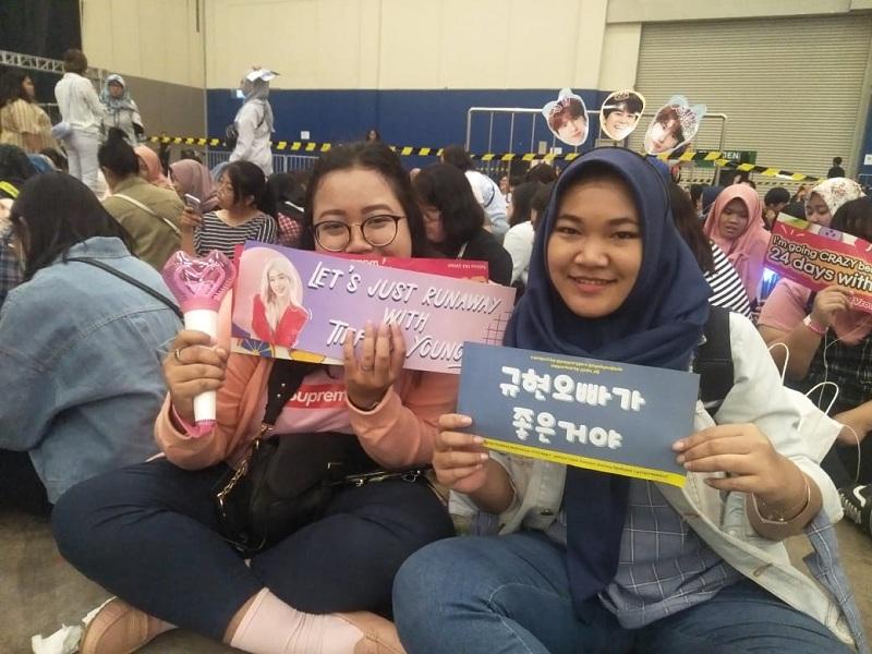 https: img.okezone.com content 2019 09 28 205 2110520 penonton-keluhkan-molornya-jadwal-acara-super-k-pop-festival-indonesia-2019-IdDRXLYLcY.jpeg