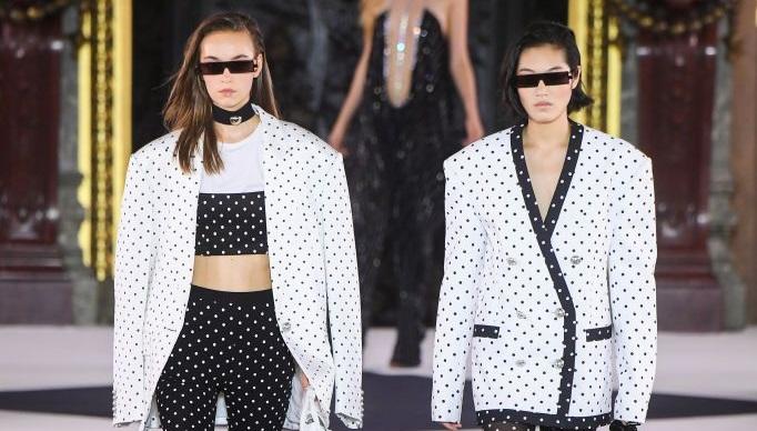https: img.okezone.com content 2019 09 29 194 2110720 tampilan-terbaik-dari-6-rumah-mode-dunia-di-paris-fashion-week-96XRNWMR4C.jpg