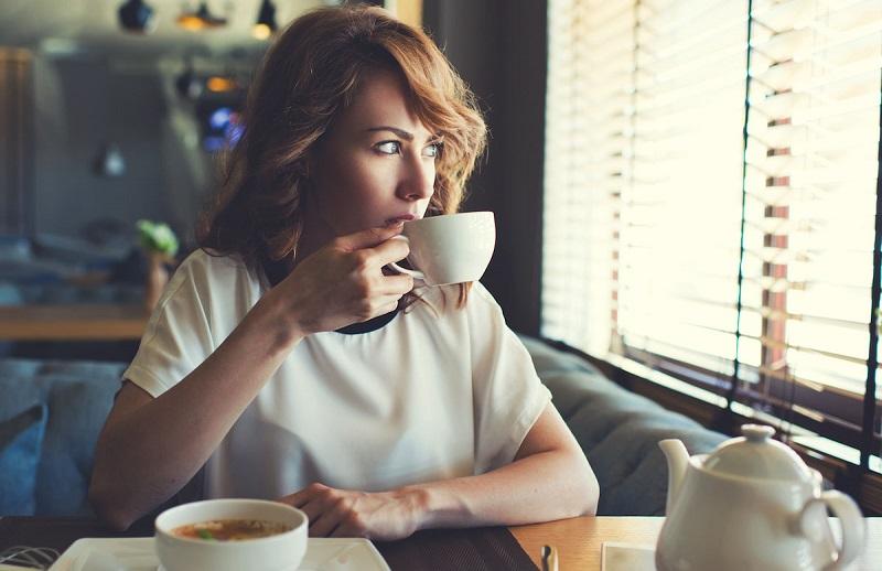 https: img.okezone.com content 2019 09 29 298 2110662 tebak-kepribadian-seseorang-dari-minuman-kopi-favoritnya-MoUGXjBgJp.jpg