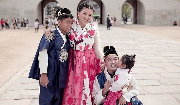 https: img.okezone.com content 2019 09 29 406 2110714 4-potret-keseruan-keluarga-ruben-onsu-liburan-di-korea-EwqYEwH8rf.jpg