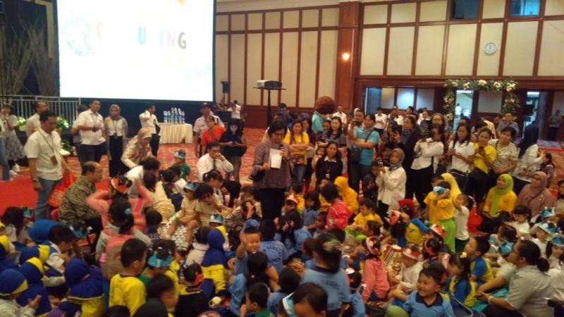 https: img.okezone.com content 2019 09 30 320 2110961 berbalut-batik-abu-abu-sri-mulyani-jadi-eyang-di-depan-anak-anak-tk-FtbGBE55aP.jpg