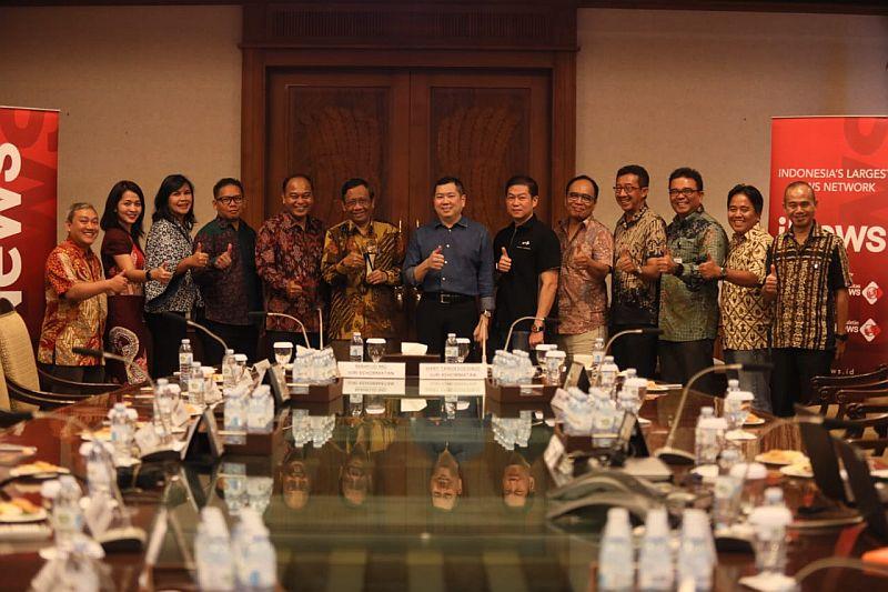https: img.okezone.com content 2019 09 30 337 2111242 indonesia-awards-2019-apresiasi-konsistensi-bangun-negeri-mahfud-md-jadi-juri-kehormatan-2U4YaO6MV5.jpg