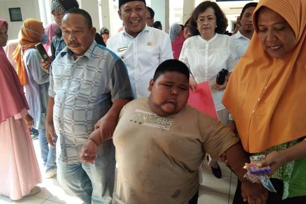 https: img.okezone.com content 2019 09 30 338 2110816 sebelum-meninggal-satia-bocah-obesitas-bilang-ke-ayah-pak-saya-sudah-tidak-kuat-ybSqUrpgNS.jpg