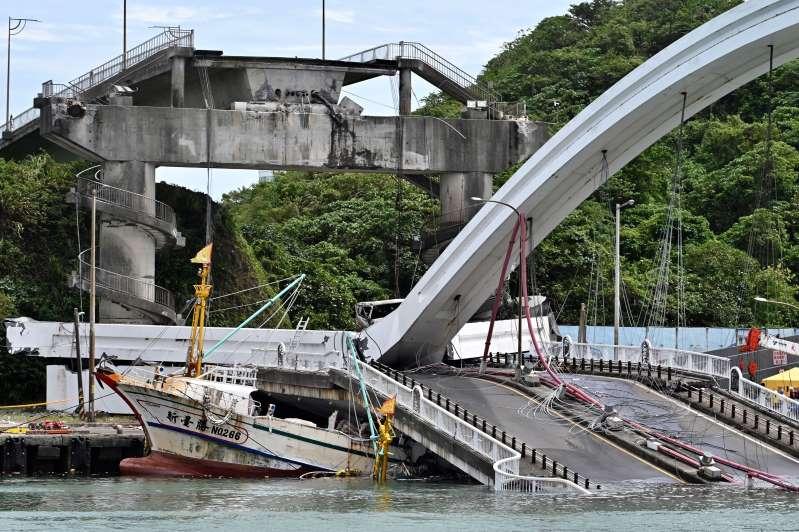 https: img.okezone.com content 2019 10 01 18 2111447 jembatan-di-taiwan-ambruk-timpa-kapal-nelayan-sedikitnya-sembilan-orang-terperangkap-rpmnHMm3EZ.jpg