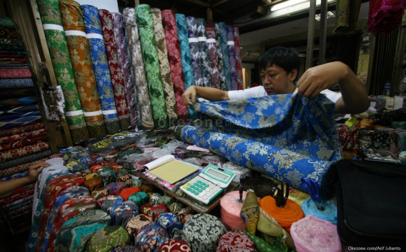 https: img.okezone.com content 2019 10 01 320 2111559 hari-batik-begini-nilai-ekonomisnya-bagi-indonesia-PecPAUulaj.jpg