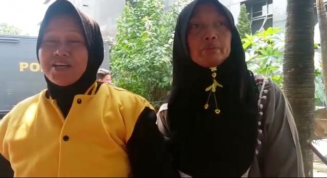 https: img.okezone.com content 2019 10 01 337 2111653 cerita-ibu-yang-jemput-anaknya-di-polda-metro-pasca-demo-ricuh-SI19ZAJgUG.jpg