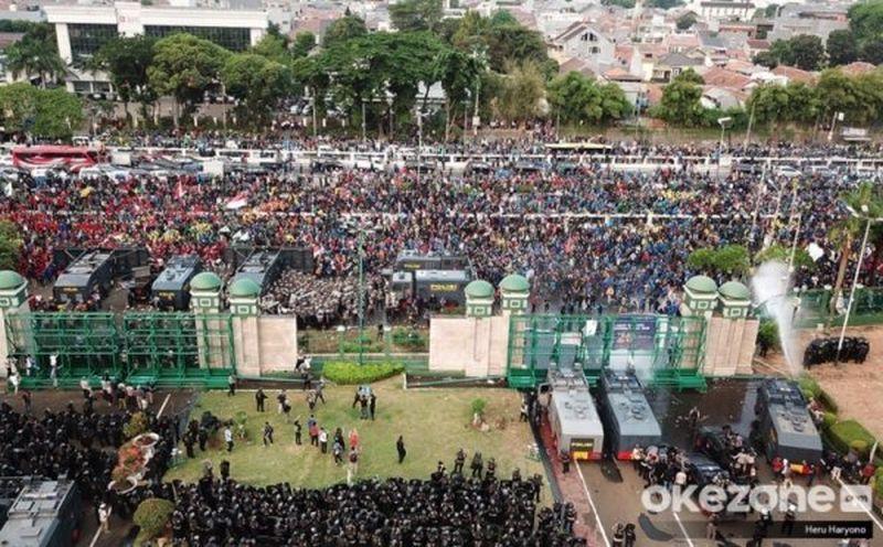 https: img.okezone.com content 2019 10 01 612 2111394 viral-para-bidadari-di-demo-mahasiswa-duh-jadi-pengen-mayungin-3ufwsxlTt5.jpg