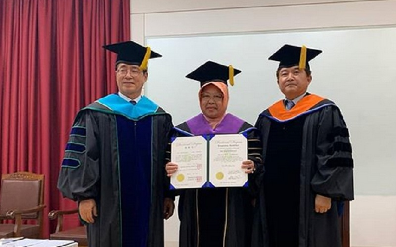 https: img.okezone.com content 2019 10 01 65 2111676 wali-kota-risma-raih-gelar-doktor-honoris-causa-netizen-the-best-makq-LIyCESYkHN.jpg