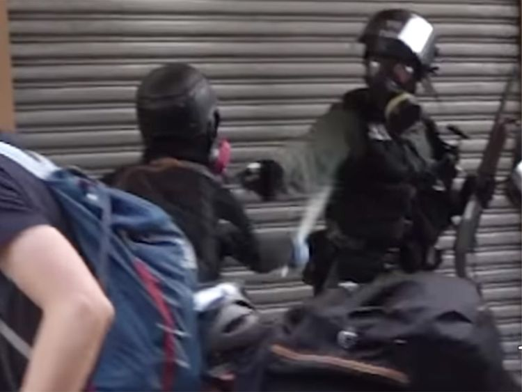 https: img.okezone.com content 2019 10 02 18 2111805 momen-demonstran-hong-kong-ditembak-polisi-dari-jarak-dekat-terekam-kamera-kKUzOcrWGH.jpg
