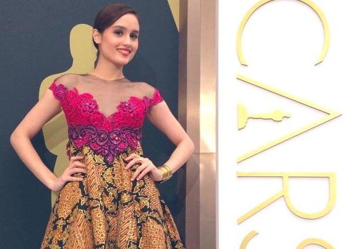 https: img.okezone.com content 2019 10 02 33 2111833 pakai-dress-batik-cinta-laura-digombali-netizen-Ga6AfR0eyn.jpg
