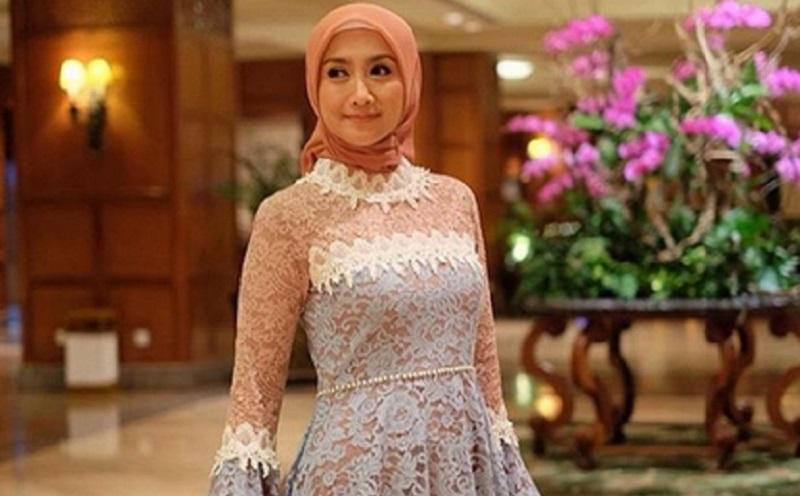 https: img.okezone.com content 2019 10 02 617 2112032 cantiknya-gaya-hijab-desy-ratnasari-saat-pelantikan-dpr-ri-R3FBDp3OE3.jpg