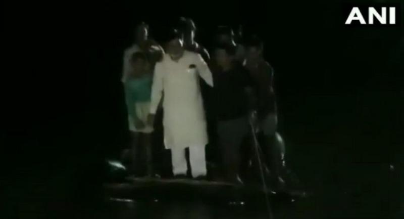 https: img.okezone.com content 2019 10 03 18 2112648 perahu-anggota-dpr-india-terbalik-saat-kunjungi-daerah-banjir-SQrb8ohYd6.jpg