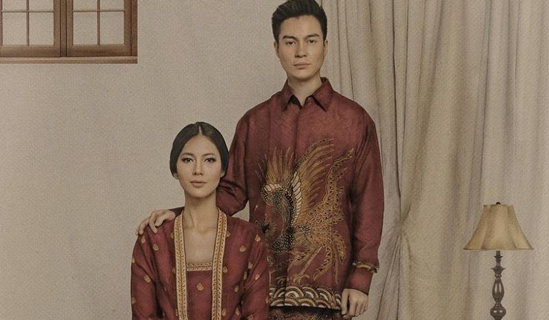 https: img.okezone.com content 2019 10 03 194 2112242 gaya-baim-wong-dan-paula-verhoeven-kompak-kenakan-sarung-motif-batik-aPEiCfbAqC.jpg