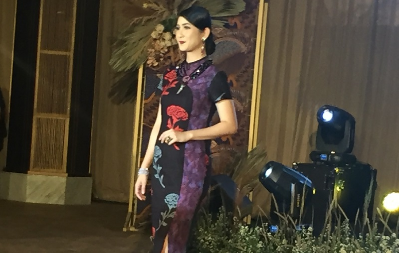 https: img.okezone.com content 2019 10 03 194 2112436 aksi-para-pramugari-berlenggak-lenggok-di-batik-fashion-show-h86vDaX9Mi.jpg
