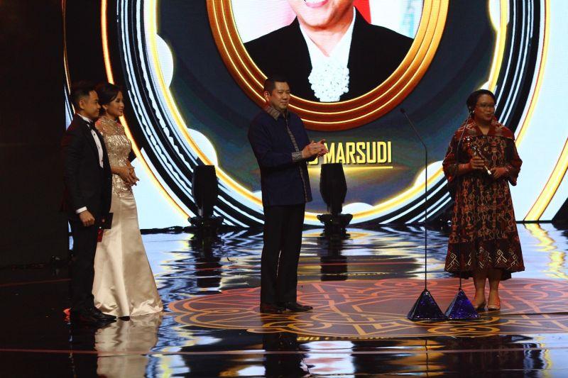 https: img.okezone.com content 2019 10 03 337 2112659 hary-tanoe-ucapkan-selamat-kepada-penerima-penghargaan-indonesia-awards-2019-DlZ2GjhXWV.jpg