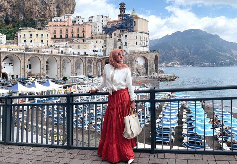 https: img.okezone.com content 2019 10 04 194 2112838 jalan-jalan-ke-italia-outfit-olla-ramlan-bikin-jiwa-sobat-misqueen-menjerit-pq2Ur06Zai.jpg