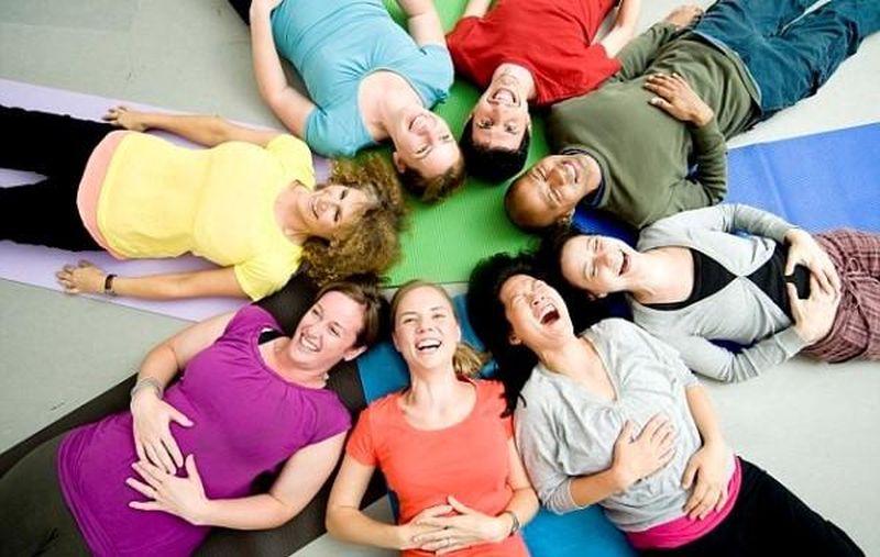https: img.okezone.com content 2019 10 04 481 2112801 mengenal-yoga-tertawa-apa-manfaat-lebihnya-AfgugWYThp.jpg