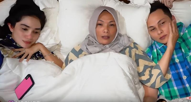 https: img.okezone.com content 2019 10 05 196 2113364 ibu-andhika-pratama-ungkap-restu-anaknya-nikahi-janda-2-anak-ussy-sulistiawaty-zFFaEqZl3A.jpg