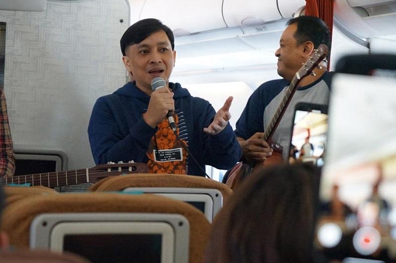 https: img.okezone.com content 2019 10 05 205 2113287 yovie-widianto-dan-kahitna-akustikan-di-pesawat-jelang-batik-music-festival-m43Uhvc2sa.jpeg